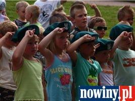 Wojskowi uczyli przedszkolaki salutowania