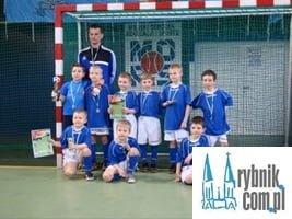 Działacze klubu piłkarskiego zaklinają rzeczywistość i wmawiają dzieciom, że są najlepsze