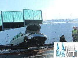 Groźna kolizja na A1: passat uderzył w barierkę energochłonną